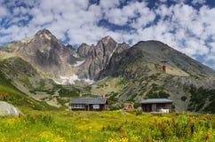 Casas nas montanhas imagem de stock royalty free