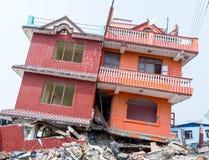 Casas nepalesas desmoronadas após o terremoto imagens de stock royalty free