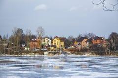 Casas no banco de rio Fotografia de Stock