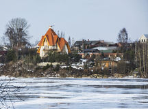 Casas no banco de rio Imagens de Stock