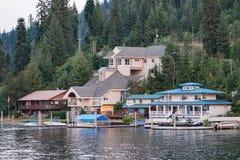Casas no d'Alene de Coeur do lago lake em Idaho Fotografia de Stock Royalty Free