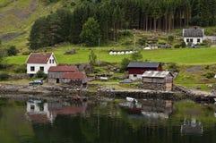 Casas no fjord fotografia de stock royalty free