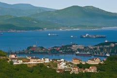 Casas no fundo do porto de Nakhodka Extremo Oriente de Rússia 11 06 2013 imagens de stock