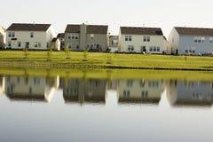 Casas no lago Imagem de Stock