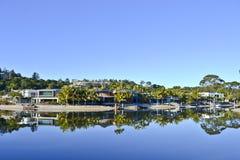 Casas no rio de Noosa, costa da luz do sol de Noosa, Queensland, Austrália Foto de Stock