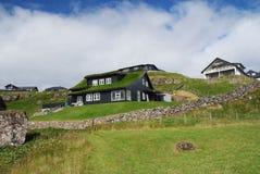 Casas no terreno montanhoso em Torshavn, Dinamarca Construções amigáveis de Eco na paisagem natural no céu nebuloso Arquitetura foto de stock royalty free