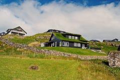 Casas no terreno montanhoso em Torshavn, Dinamarca Construções amigáveis de Eco na paisagem natural no céu nebuloso Arquitetura fotos de stock