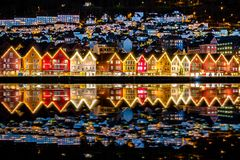 Casas norueguesas tradicionais em Bryggen, em um local da herança cultural do mundo do UNESCO e no destino famoso em Bergen, Noru foto de stock