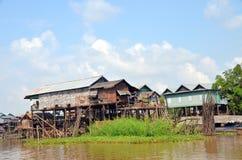 Casas nos pernas de pau em que os povos vivem na vila no lesap do tom do lago, Siem Reap, Camboja Imagens de Stock