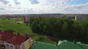 Casas novas na área residencial Silhueta do homem de negócio Cowering vídeos de arquivo