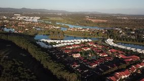 Casas novas, no campo de golfe da ilha da esperança das águas, luz 5 am da manhã video estoque