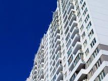 Casas nuevamente construidas en el área nuevamente construida de la ciudad Construcción de la perspectiva de apartamentos Infraes imágenes de archivo libres de regalías
