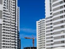 Casas nuevamente construidas en el área nuevamente construida de la ciudad Construcción de la perspectiva de apartamentos Infraes imagen de archivo libre de regalías