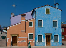 Casas púrpuras, anaranjadas y azules en Burano, Italia Fotografía de archivo libre de regalías