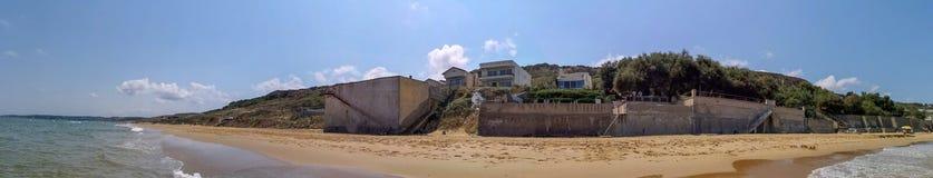 Casas panorâmicos da paisagem pelo mar imagem de stock
