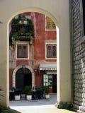 Casas para baixo na cidade Lovran na Croácia Fotografia de Stock