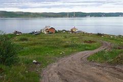 Casas pela água na vila Retinskaya Fotos de Stock Royalty Free