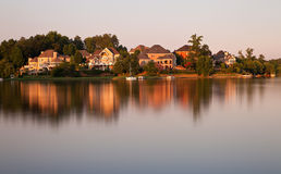Casas pelo lago foto de stock