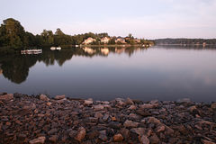 Casas pelo lago imagens de stock royalty free
