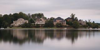 Casas pelo lago imagens de stock