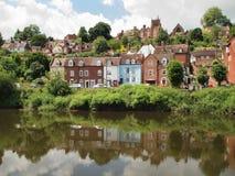 Casas pelo rio Severn em Bridgenorth Fotos de Stock
