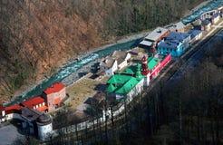 Casas pelo rio, vista superior Imagens de Stock