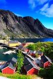 Casas, penhascos e mar vermelhos Fotografia de Stock Royalty Free