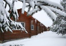 Casas pequenas de madeira no inverno fotografia de stock royalty free