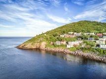 Casas pequenas, de madeira no porto mesquinho montanhoso, Terra Nova, Canad fotografia de stock