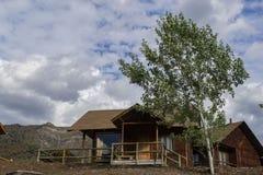 Casas pequenas do hotel nas montanhas foto de stock royalty free