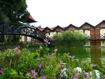 Casas pequenas na frente de um lago Fotografia de Stock Royalty Free