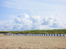 Casas pequenas na praia na ilha Texel imagem de stock royalty free