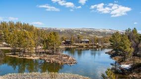 Casas pequenas perto da água em Noruega fotos de stock