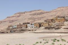 Casas perto do templo de Hatshepsut perto de Luxor em Egyp imagem de stock royalty free