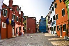 Casas pintadas coloridas en Burano cerca de Venecia Fotos de archivo libres de regalías