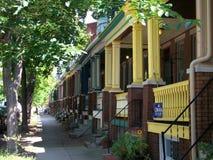Casas pintadas de la señora en una vecindad de Baltimore fotos de archivo