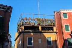 Casas pintorescas con las flores en terraza Venecia imagen de archivo libre de regalías