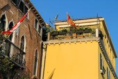 Casas pintorescas con las flores en terraza Venecia fotos de archivo libres de regalías