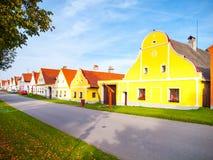 Casas pintorescas de Holasovice, pequeño pueblo rural con arquitectura barroca rústica Bohemia meridional, República Checa imagen de archivo libre de regalías