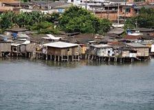Casas pobres construidas hacia fuera sobre el agua Foto de archivo libre de regalías