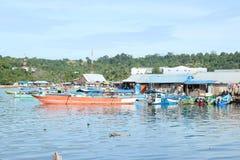 Casas pobres de los pescadores por el mar Fotos de archivo