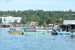 Casas pobres dos pescadores pelo mar foto de stock