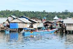 Casas pobres dos pescadores pelo mar fotos de stock royalty free