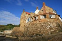 Casas por el mar Imagen de archivo libre de regalías