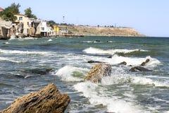 Casas por el mar Paisaje marino hermoso fotos de archivo libres de regalías