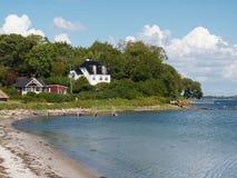 Casas por la playa cerca de Faaborg Dinamarca Fotografía de archivo libre de regalías