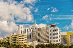 Casas, prédios de apartamentos com palmeiras verdes foto de stock royalty free