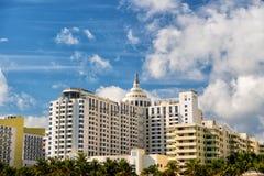 Casas, prédios de apartamentos com palmeiras verdes Imagem de Stock Royalty Free