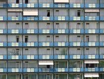 Casas prefabricadas grises y azules tristes/vivienda - no un lugar agradable a vivir Fotos de archivo libres de regalías