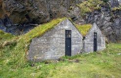 Casas primitivas do relvado-telhado imagens de stock
